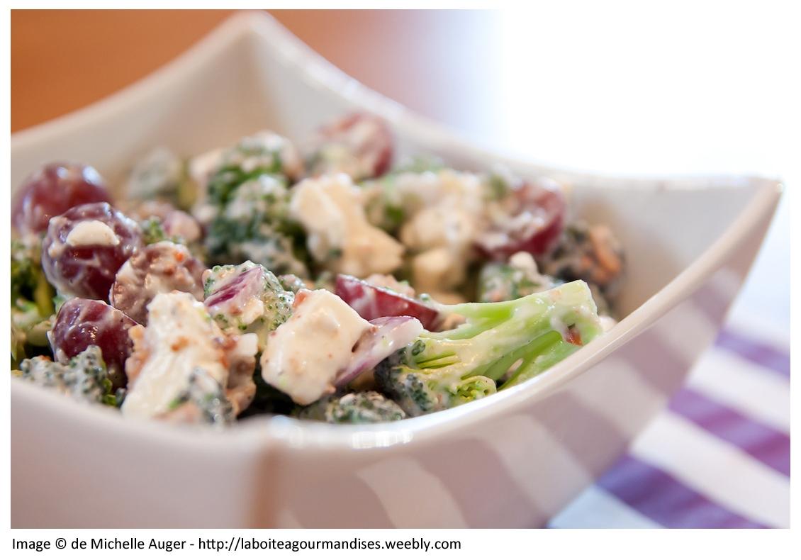 Salade exquise de brocolis, fromage féta, yaourt et canneberge